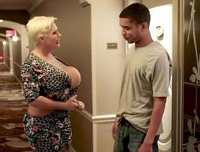 Se paseó por los pasillos del hotel en busca de sexo rápido