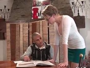 Con tal de no estudiar es capaz de follarse a su profesora
