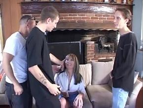 Tres obreros ofrecen sexo extremo a una milf ninfómana