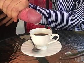 Le pone un poco de leche de su marido al café