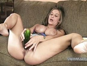 Se masturba frente a la cámara con todo tipo de hortalizas