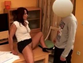 La profesora seduce a su único alumno y consigue follárselo