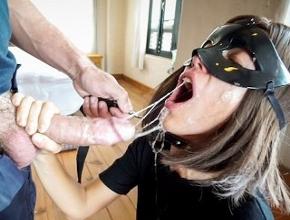 Ama de casa sumisa y guarra empieza su aventura en el porno casero