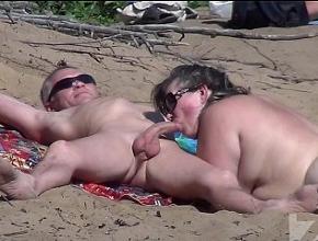 Le hace una sabrosa mamada a su esposo en una playa nudista