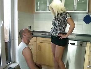 El fontanero le da una alegría en forma de sexo anal