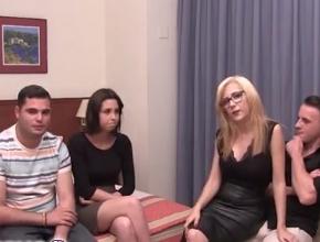 Dos parejas españolas liberales hacen un intercambio de parejas