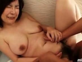 Matrimonio oriental tiene sexo rápido en el baño de un centro comercial
