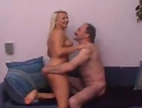 Contrata a una prostituta polaca y la embiste sobre el sofá