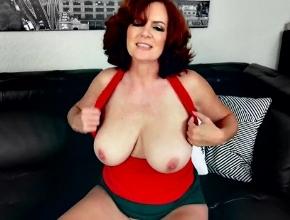 Madura pelirroja a solas enseña las tetas y se masturba con sus dedos