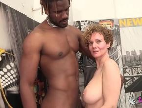 Deja de hacer cibersexo solo para follar con un negro