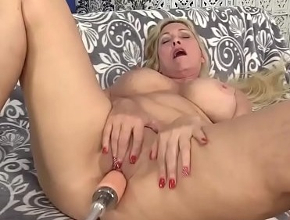 Cala Craves probando su nuevo juguetito sexual