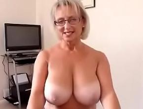 Mientras su esposo graba la escena, ella chupa con sus pechos al aire