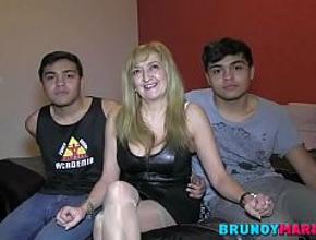 María se lo pasa en grande con dos jóvenes latinos sin experiencia