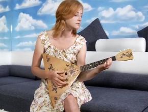 Después de tocar el ukelele se toca su coño pelirrojo