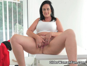 Se queda sola en la oficina y aprovecha para tener un orgasmo