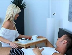 Le lleva el desayuno y un buen polvo a su nuevo novio a la cama