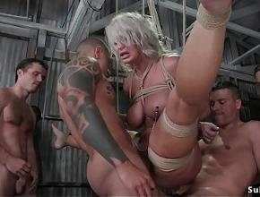 Tres hombres abusan sexualmente de la pobre stripper