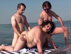 GangBang en alta mar con una gorda hambrienta de sexo