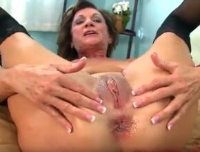 Adora el sexo anal y lo disfruta con un joven semental