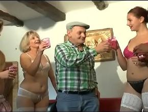 Celebra su jubilación con cuatro mujeres para él solo
