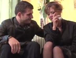 Consuela a una viuda después del funeral de su marido