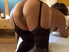 Pone su hermoso culo en pompa para que su marido le haga sexo anal
