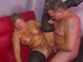 Tres señoras alemanas acosan al stripper