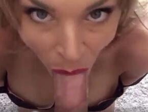 Demuestra su experiencia en el sexo con una fabulosa mamada POV