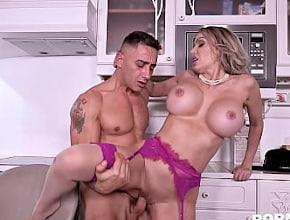 Amber Jayne empieza el día follando duro con un repartidor